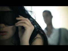 Доминирующий парень дрочит девушке с завязанными глазами