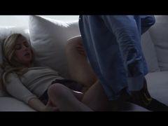 Мускулистый кобель трахает в одежде сексуальную блондинку