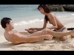 Великолепный экзотический секс на пляже с сексуальной азиаткой