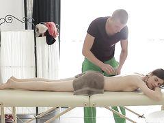 Массажист сделал анальный массаж членом русской красотке