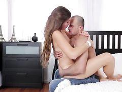 Влюбленные ребята впервые занимаются анальным сексом у зеркала