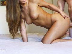 Фут фетишистка дрочит ступнями хуй парня перед сексом