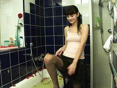 Мокрая русская девушка Катя трахается в ванной с приятелем