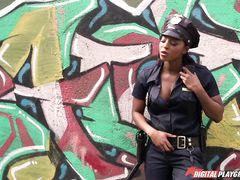 Чернокожая полицейская лесбиянка трахает страпоном белую воровку