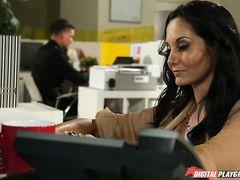 Сисястая секретарша трахается в офисе с симпатичным парнем