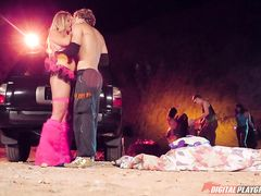 Пьяные ребята занялись сексом на пляже во время вечеринки