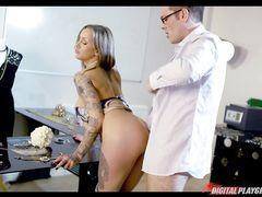 Татуированная сисястая девка трахается с владельцем ювелирной лавки