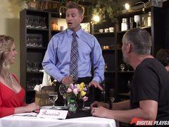 Официант трахнул на кухне ресторана замужнюю красотку в возрасте