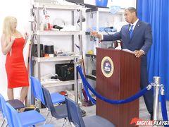 Репортерша с большими сиськами трахается в попку с черным президентом