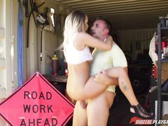 Девушка автомеханик занялась сексом в гараже с парнем с большим членом