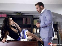 Возбужденный босс трахнул на работе свою сексуальную секретаршу