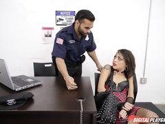 Полицейский жестко трахает в жопу девочку со связанными руками