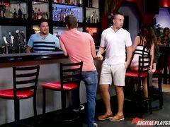 Парни познакомились в баре и занялись групповухой с двумя шлюшками