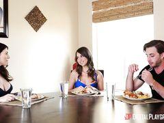 Ненасытная худая шлюшка трахнула парня подруги просто на кухне