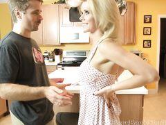 30 летняя одиночка соблазняет молодого мужа своей мамки
