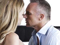 Отчим трахнул и кончил в рот своей сексуальной падчерице