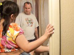 Смазливая дочурка с мелкими сисями в ванной отдается озабоченному папашке