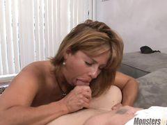 Привлекательная зрелая мама делает минет сыну от первого лица