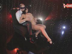 Вип клиент стриптиз клуба наслаждается приватным сексуальным танцем