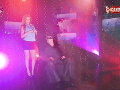 Парень в маске наслаждается приватным эротический стриптизом в клубе