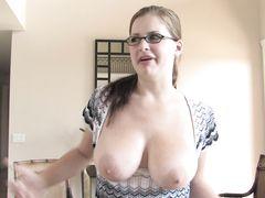 Миловидная девушка в очках выставила напоказ большие натуральные сиськи