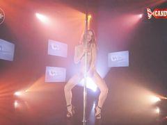 Русская красавица танцует чувственный стриптиз