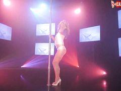 Русская блондинка Даша показала возбуждающий стриптиз танец
