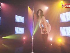 Азартная русская стриптизерша в чулках удивила всех красивым танцем