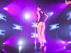 Страстная русская стриптизерша разделась догола на сцене клуба