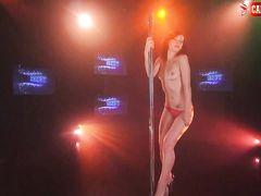 Стриптизерша с маленькой грудью возбуждает своим сексуальным танцем
