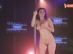 Сладкая русская стриптизерша с красивой грудью танцует в клубе