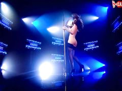 Возбуждающая девушка в чулках показывает стриптиз на сцене