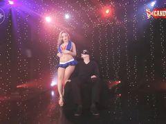 Стриптизерша в наряде черлидерши танцует приватный танец парню