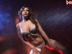 Талантливая русская стриптизерша в чулках раздевается в танце
