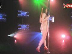 Девчонка с красивым телом танцует эротический танец в клубе
