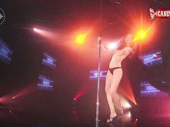 Малышка с аппетитной попкой танцует эротический стриптиз в клубе