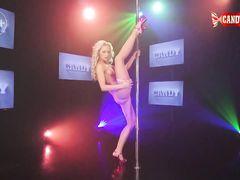 Грациозная русская блондинка на пилоне показывает эротический стриптиз