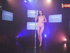 Соблазнительная русская брюнетка показала прелести во время стриптиза