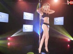 Русская блондинка с красивым телом показывает эротический танец