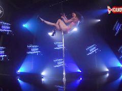 Голая русская девушка на каблуках красиво танцует на сцене клуба