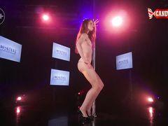 Страстный эротический стриптиз в ночном клубе от русской красотки