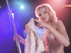 Необычный сексуальный стриптиз в исполнении русской блондинки