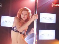 Умелая русская стриптизерша красиво танцует в ночном клубе