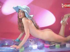 Ослепительная русская девушка в купальнике танцует стриптиз