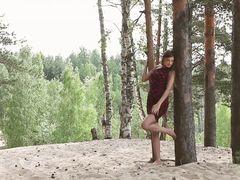 Худощавая русская модель разделась догола в красивом лесу