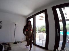 Танцующая девушка в купальнике раздевается догола у бассейна