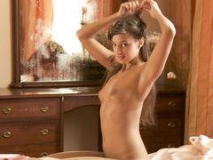 Необычная русская модель Маша красиво позирует голой в спальне