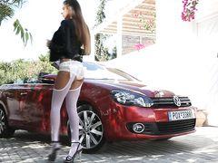 Сексапильная русская девушка с вибратором мастурбирует в машине