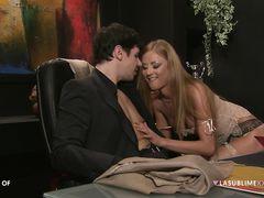 Две сексуальные итальянки в чулках трахаются с опытным ловеласом