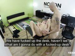 Безработная чешская девка трахается в офисе на собеседовании